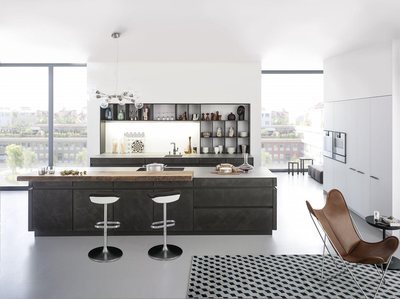 Küchenstudio Bingel&Klein - dunkle Stein Wohnküche Kücheninseln - Sessel - Fensterfront