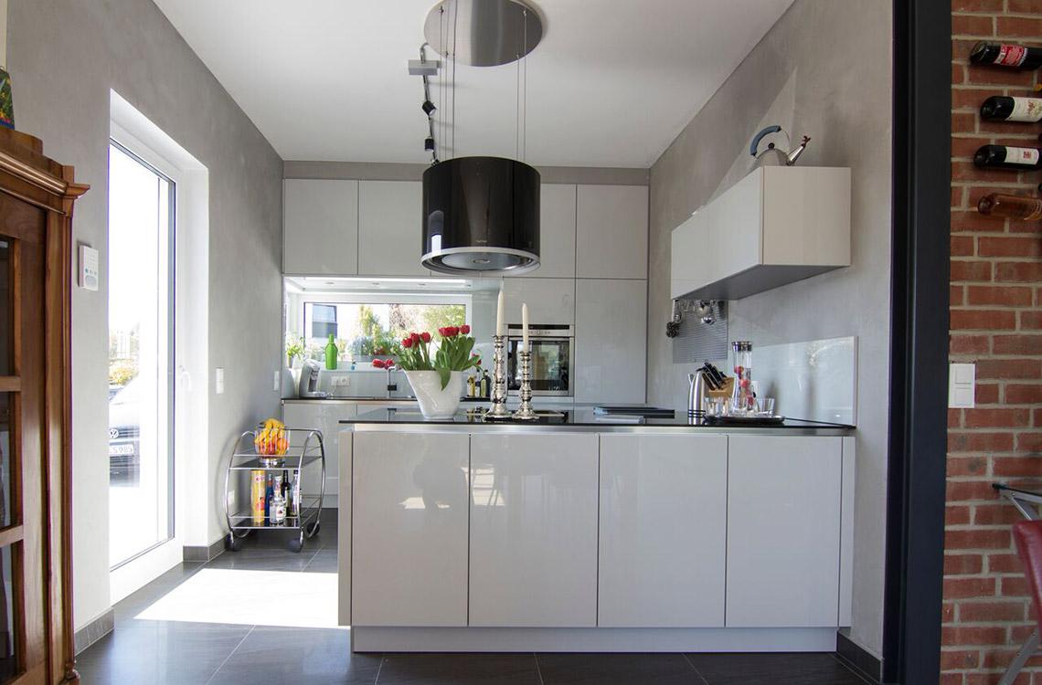 Küchenstudio Bingel - realisierte Küche - Küche Echtlack in lichtgrau Hochglanz - komplett - Kücheninsel Küchenzeile