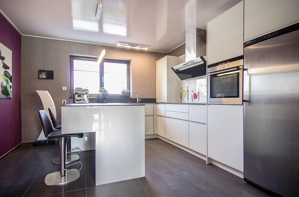 Küchenstudio Bingel - realisierte Küche - Küche Glas Stein - schlicht weiß