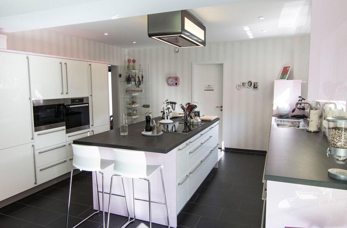 Küchenstudio Bingel - realisierte Küche - Küche weiß Hochglanz - Klassiker - Kücheninsel Küchenzeile - hell gesamte Küche