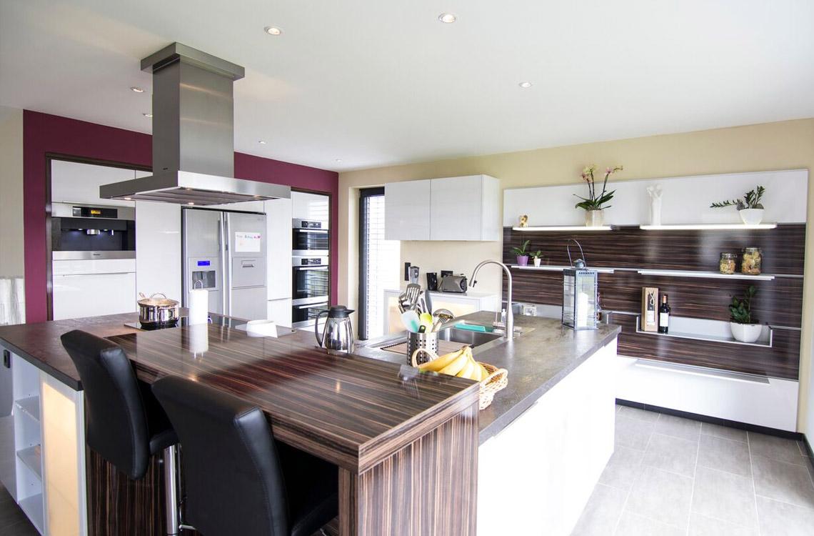 Küchenstudio Bingel - realisierte Küche - Küche Glas und Holz - komplett - Kücheninsel, Küchenzeile - Innenraum
