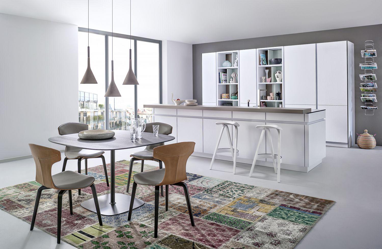 Küchenstudio Bingel&Klein - weiße Küche - Essbereich mit buntem Teppich