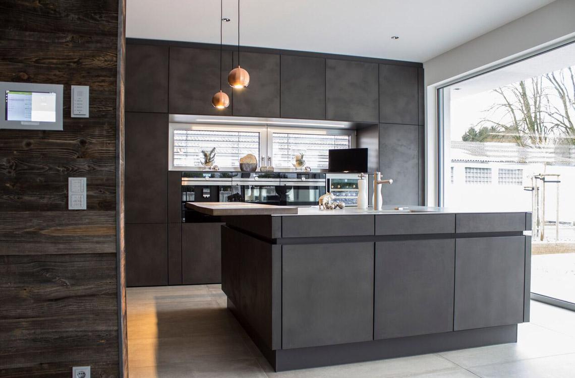 Küchenstudio Bingel - realisierte Küche - Küche Beton und Stahl in Reinkultur - komplett - mit Fensterfront - seitlich