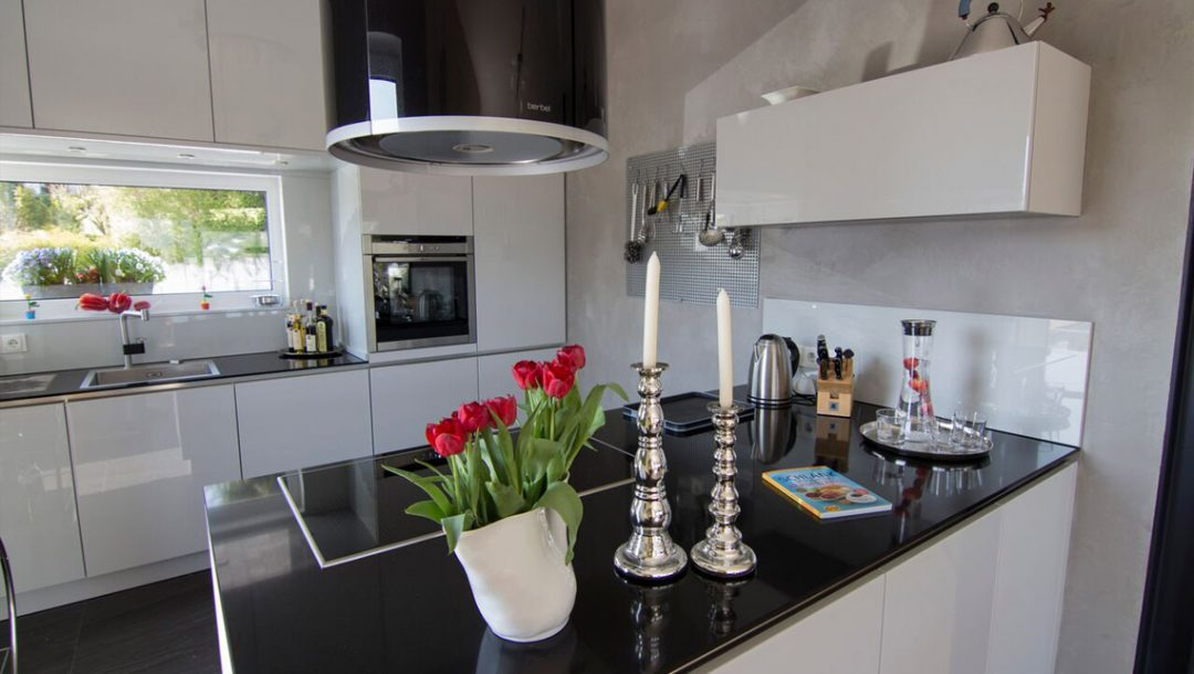 Küchenstudio Bingel - Küche Echtlack in lichtgrau Hochglanz - Kücheninsel - Blumenvase