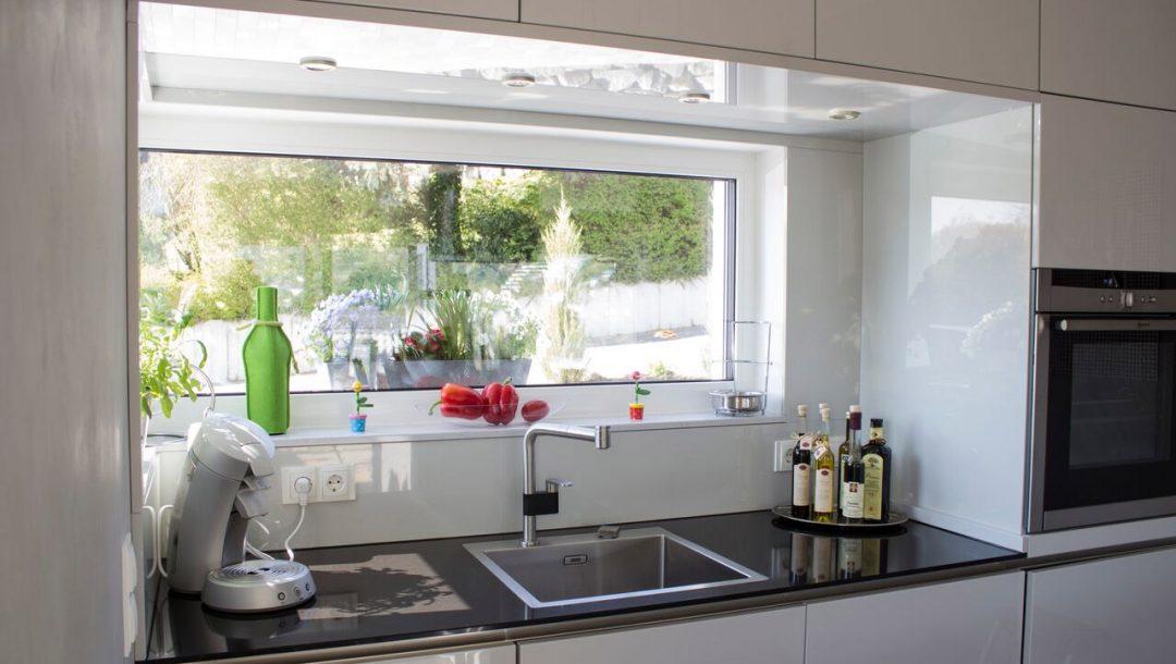Küchenstudio Bingel - Küche Echtlack in lichtgrau Hochglanz - Spülbecken Arbeitsfläche schwarz