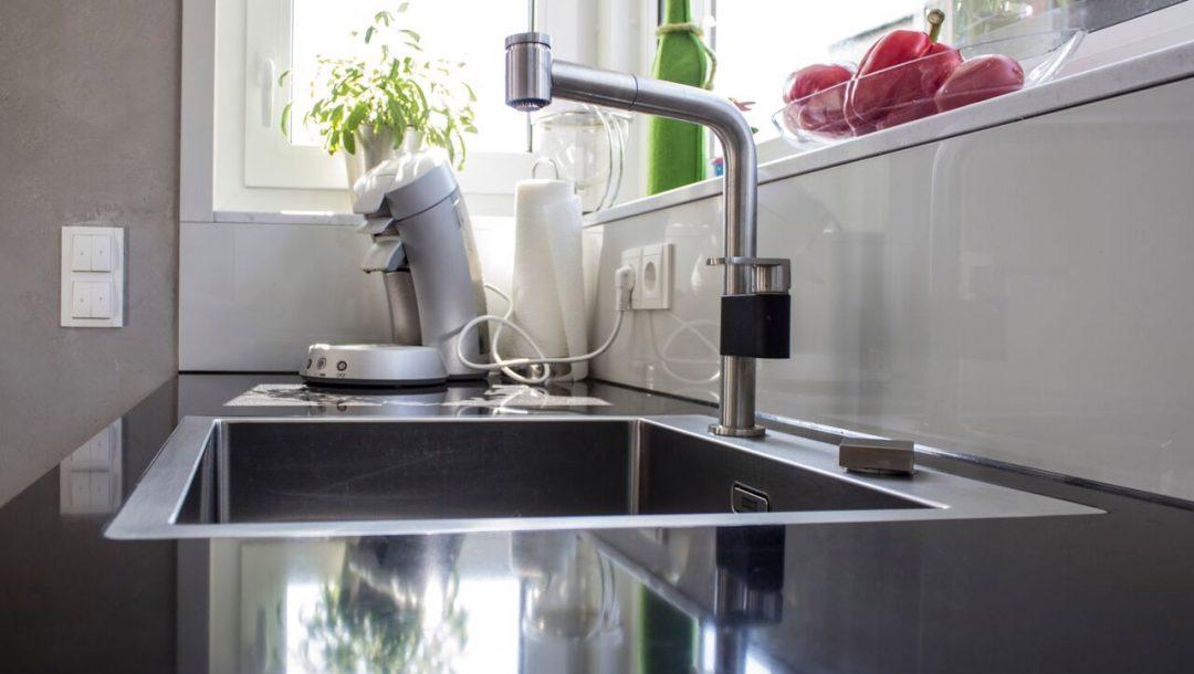 Küchenstudio Bingel - Küche Echtlack in lichtgrau Hochglanz - Spülbecken Arbeitsfläche schwarz - nah