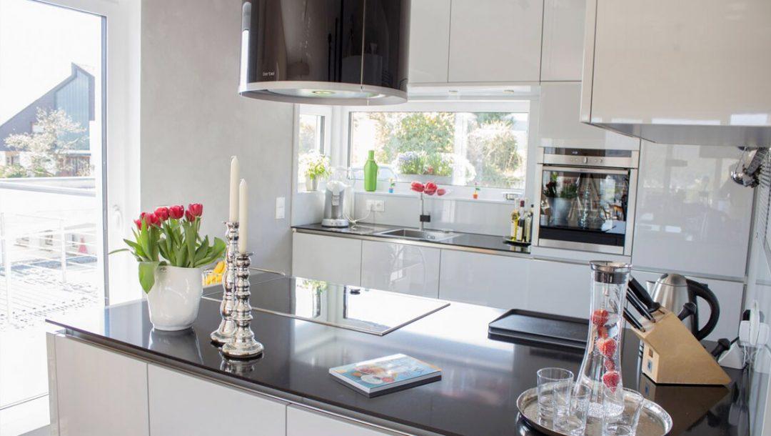 Küchenstudio Bingel - Küche Echtlack in lichtgrau Hochglanz - hell - Blick Richtung Fenster