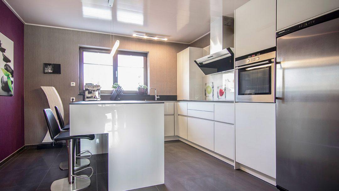 Küchenstudio Bingel - Küche Glas Stein - schlicht weiß - komplett - lila Wand