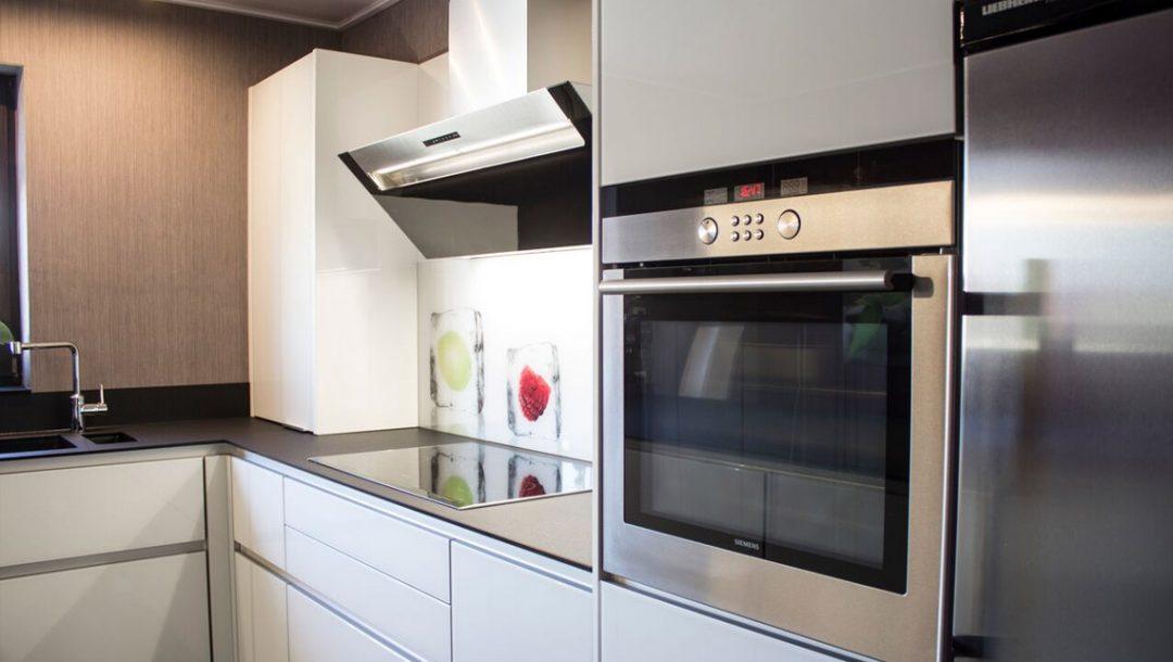 Küchenstudio Bingel - Küche Glas Stein - schlicht weiß - Backofen Herd Liebherr Spüle