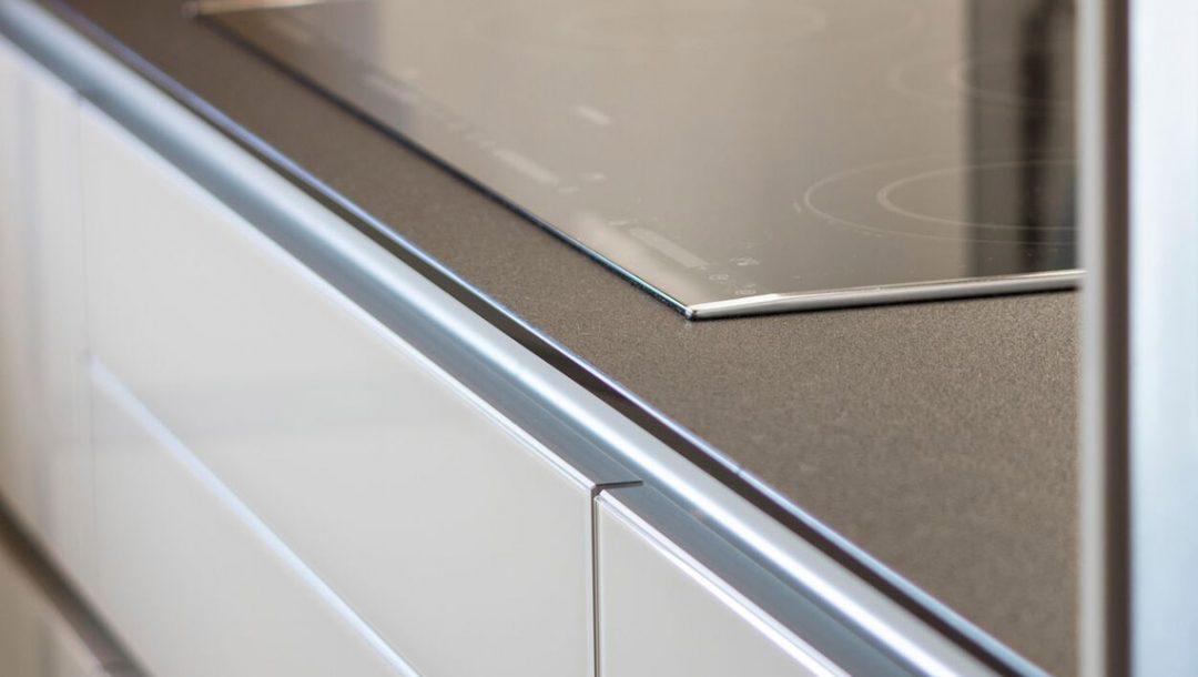 Küchenstudio Bingel - Küche Glas Stein - schlicht weiß - Ceranfeld Herd Details