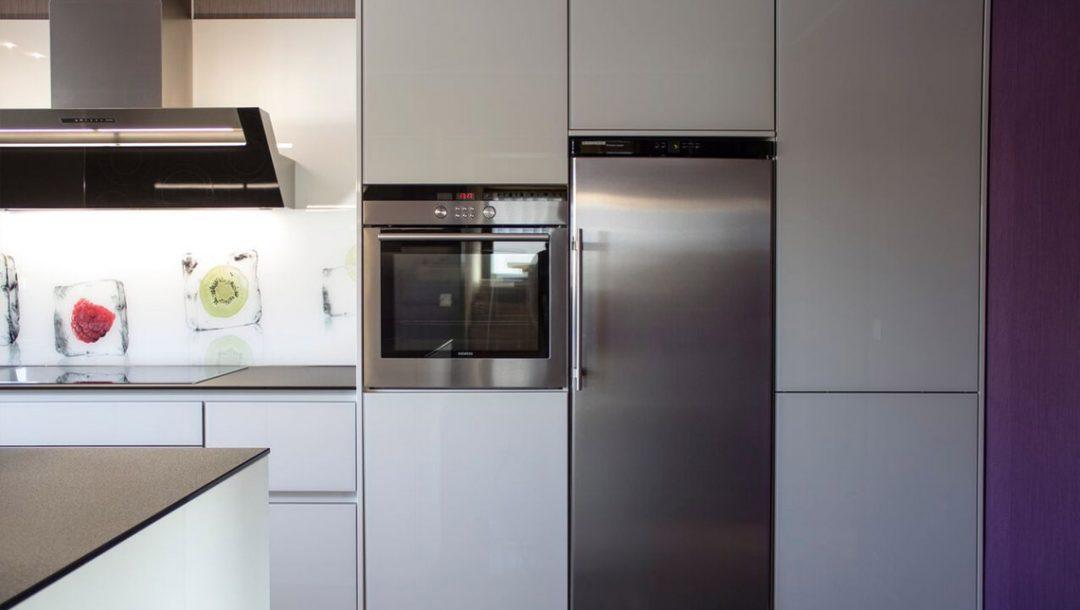 Küchenstudio Bingel - Küche Glas Stein - schlicht weiß - Kühlschrank Backofen