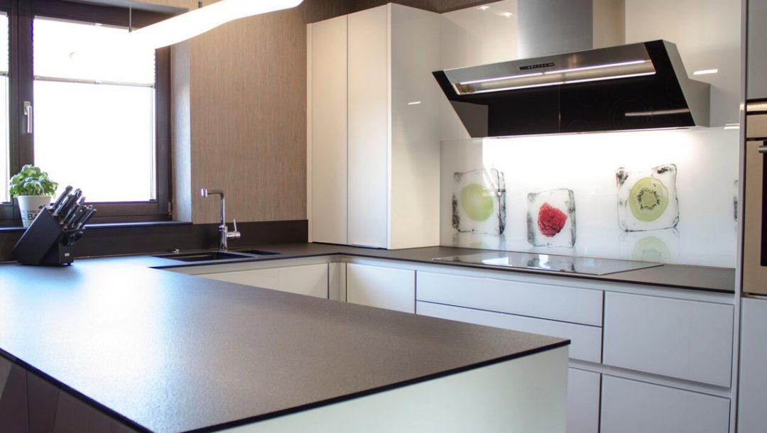 Küchenstudio Bingel - Küche Glas Stein - schlicht weiß - Herd Spülbecken Küchenzeile