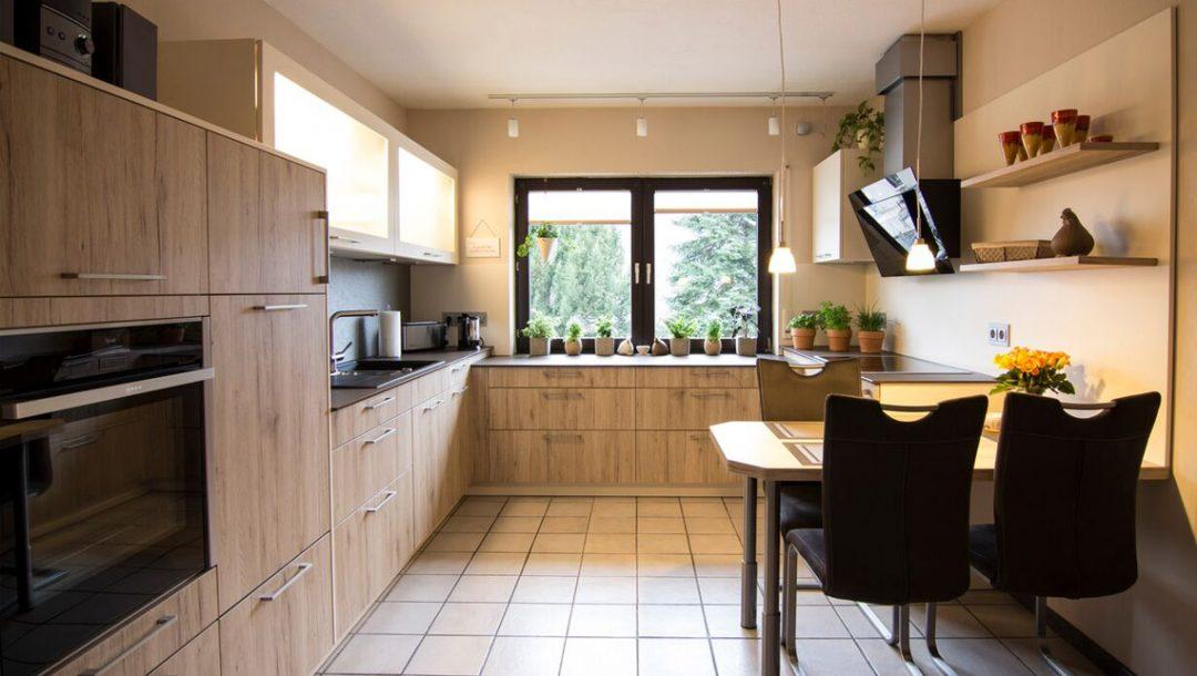 Küchenstudio Bingel - Küche Holzdesign -komplette Küche mit Fensterblick - Esstisch - cremefarben Pflanzen