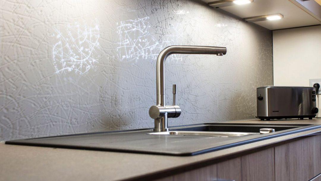 Küchenstudio Bingel - Küche Holzdesign - Details - Spülbecken Wasserhahn - Wand Muster