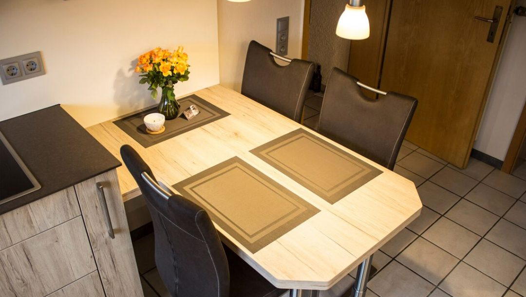 Küchenstudio Bingel - Küche Holzdesign - Details - Esstisch und Küchenzeile - Draufsicht