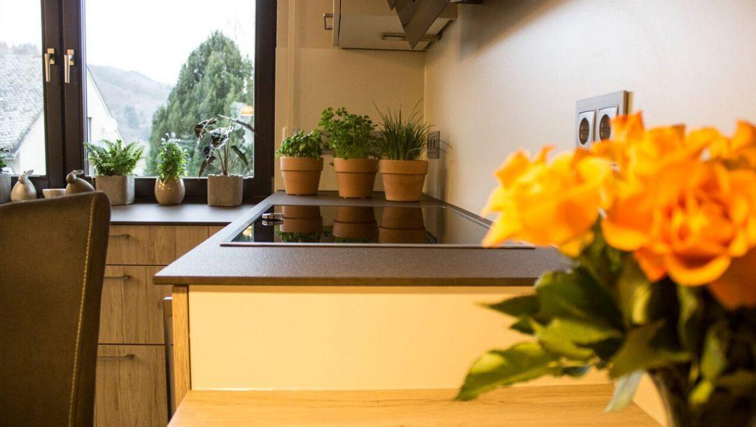 Küchenstudio Bingel - Küche Holzdesign - Details - Arbeitsfläche mit Blick aufs Fenster