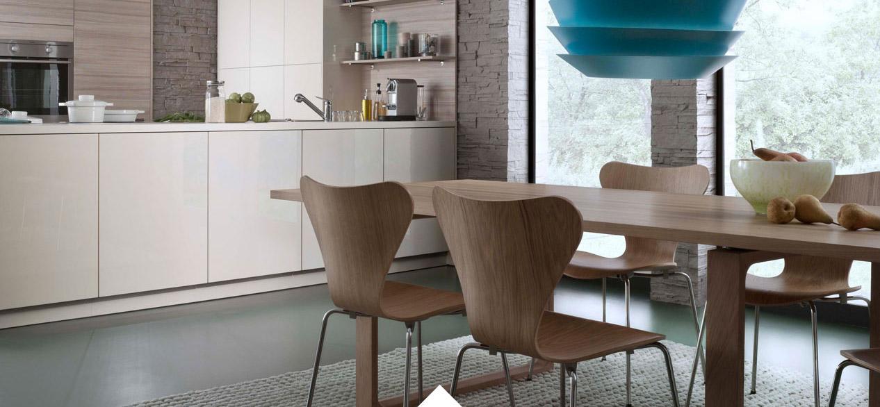 Küchenstudio Bingel&Klein - Küche creme - Esstisch Holz - blaue Lampe