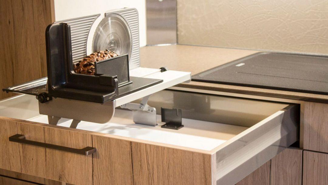 Küchenstudio Bingel - Küche Holzdesign - Details - Brotschneidemaschine