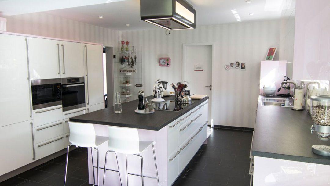 Küchenstudio Bingel - Küche weiß Hochglanz - Klassiker - Kücheninsel Küchenzeile - hell gesamte Küche