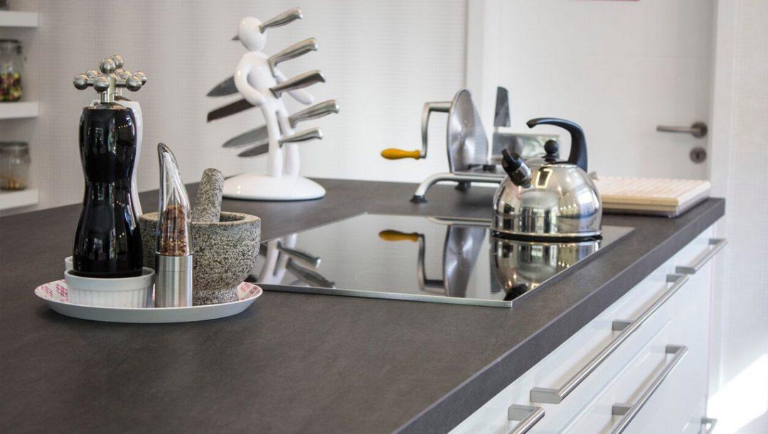 Küchenstudio Bingel - Küche weiß Hochglanz - Klassiker - Ceranfeld Arbeitsfläche Teekessel