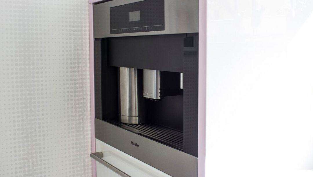 Küchenstudio Bingel - Küche weiß Hochglanz - Kaffeemaschine Miele