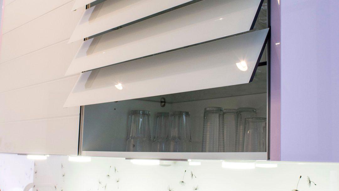 Küchenstudio Bingel - Küche Glas und Holz - Küchenschrank mit Türen, Klappen weiß Hochglanz