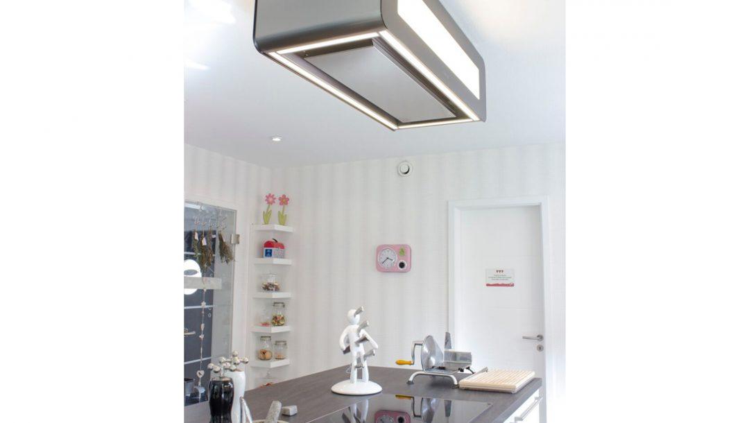 Küchenstudio Bingel - Küche Glas und Holz - Kücheninsel - Beleuchtung - bunte Dekoration