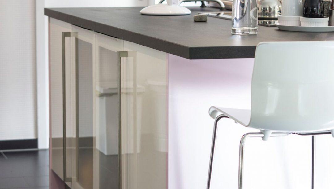 Küchenstudio Bingel - Küche Glas und Holz - Kücheninsel weiß Hochglanz - Stuhl Arbeitsfläche