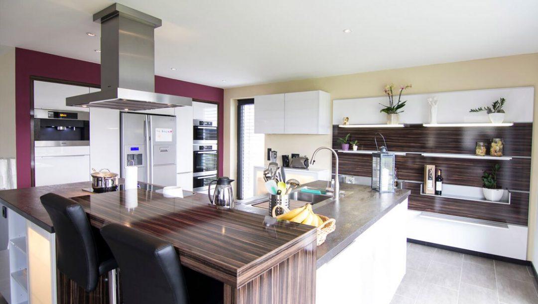 Küchenstudio Bingel - Küche Glas und Holz - komplett - Kücheninsel, Küchenzeile - Innenraum