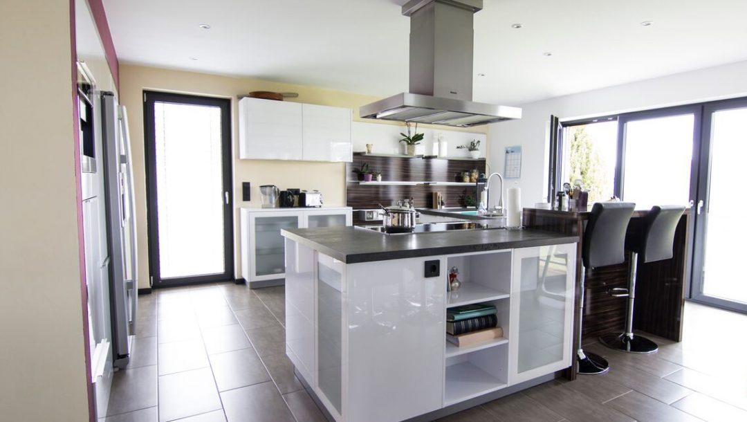 Küchenstudio Bingel - Küche Glas und Holz - komplett - Kücheninsel, Küchenzeile - Fenster