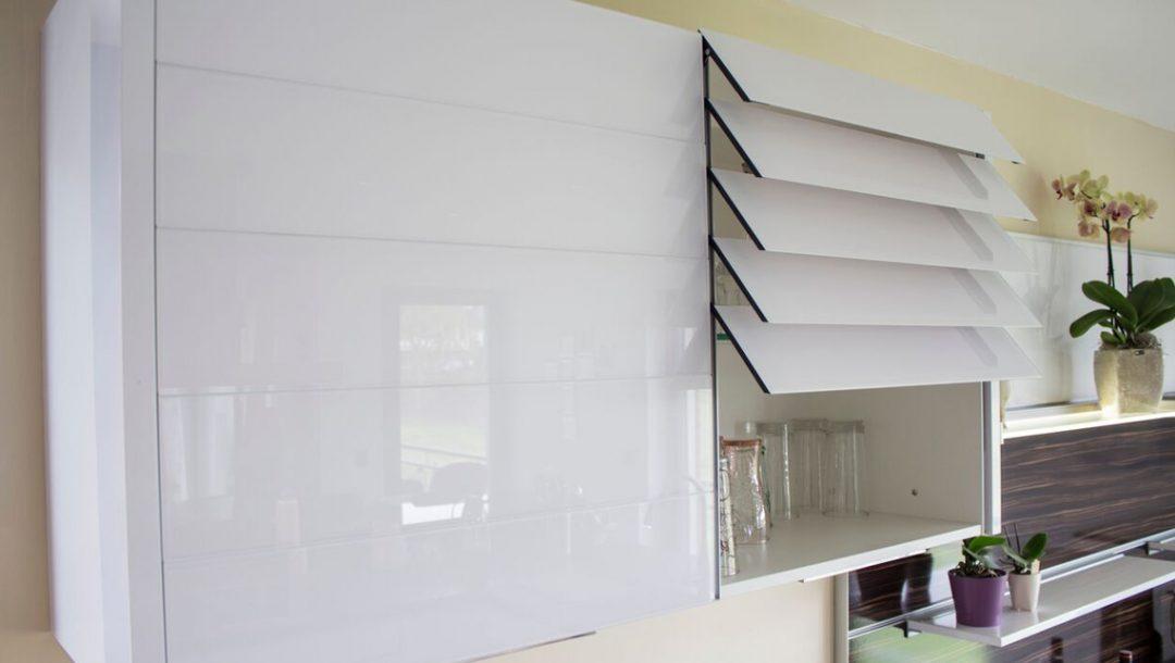 Küchenstudio Bingel - Küche Glas und Holz - Hängeschrank weiß Hochglanz mit Türen