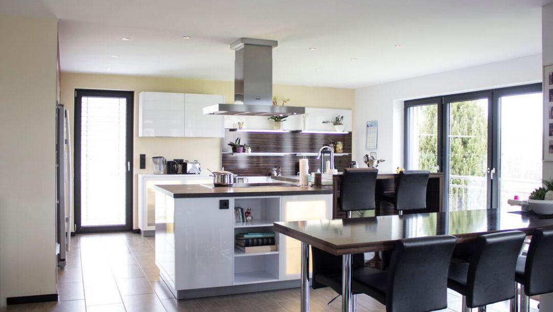Küchenstudio Bingel - Küche Glas und Holz - gesamte Küche weiß Hochglanz mit Essbereich