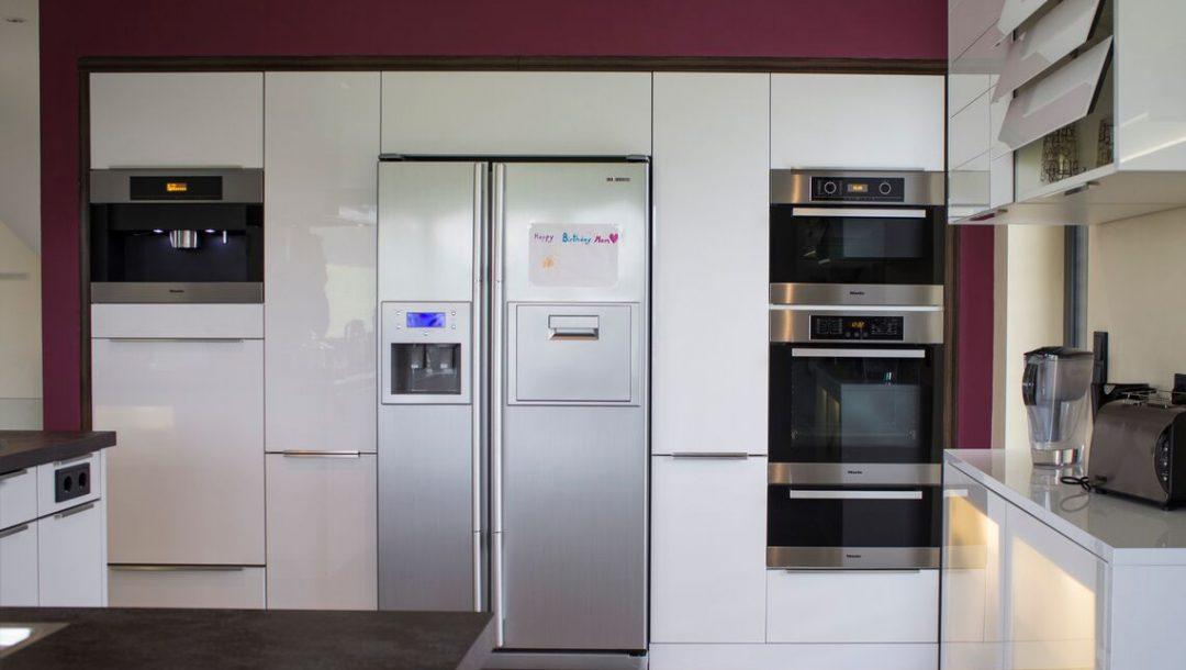 Küchenstudio Bingel - Küche Glas und Holz - Kühlschrank, Backofen weiß Hochglanz