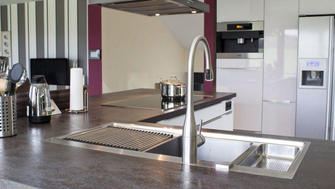 Küchenstudio Bingel - Küche Glas und Holz - Kücheninsel Spülbecken Ceranfeld - weiß Hochglanz