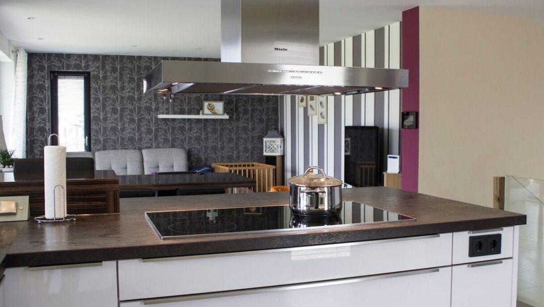 Küchenstudio Bingel - Küche Glas und Holz - Kücheninsel Ceranfeld - Wohnküche