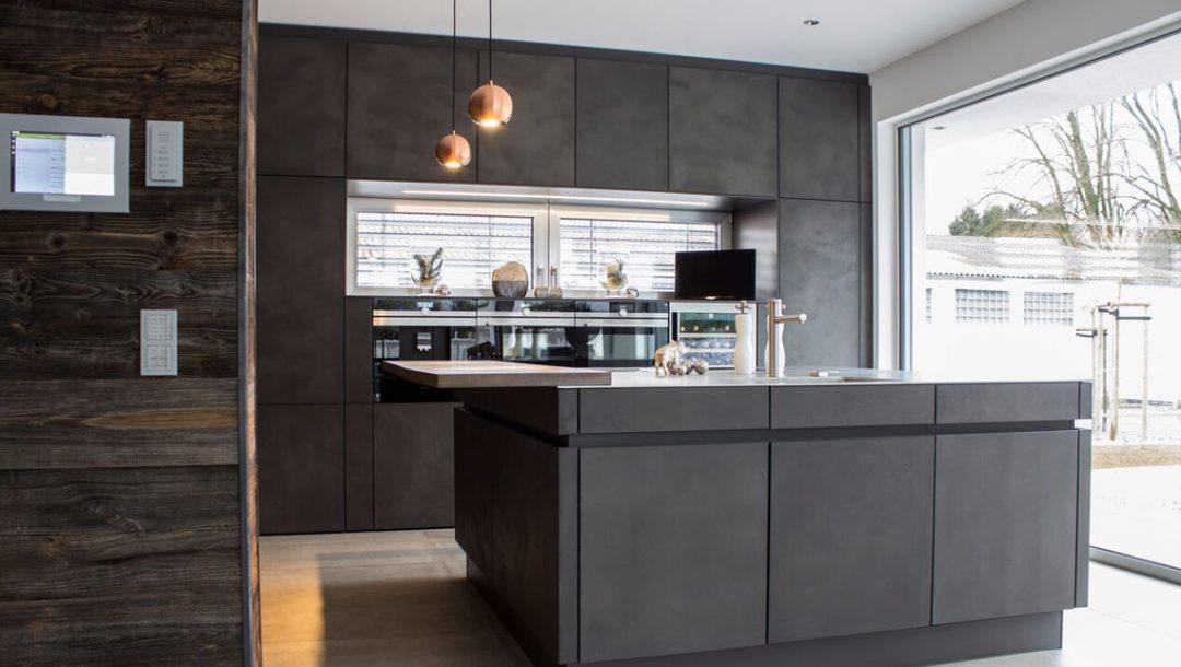 Küchenstudio Bingel - Küche Beton und Stahl in Reinkultur - komplett - mit Fensterfront - seitlich