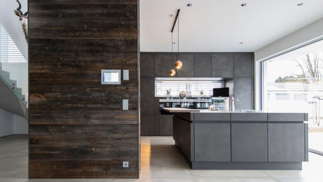 Küchenstudio Bingel - Küche Beton und Stahl in Reinkultur - komplett - mit Fensterfront