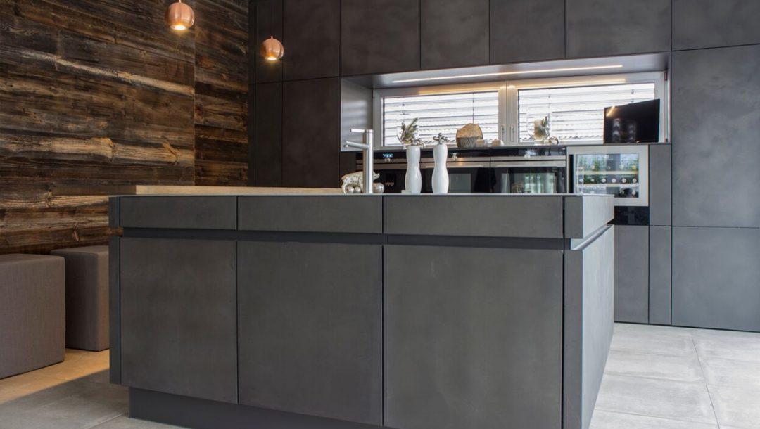 Küchenstudio Bingel - Küche Beton und Stahl in Reinkultur - komplett - Küchenblock - Holzwand