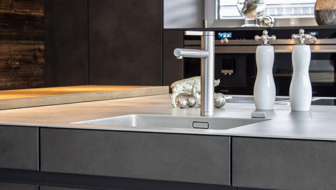 Küchenstudio Bingel - Edelstahl Spülbecken - Küche Beton und Stahl - Frontansicht