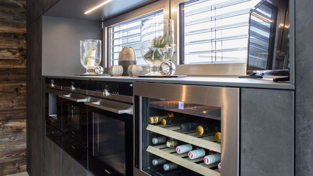 Küchenstudio Bingel - Küche Beton und Stahl - Weinschrank Backofen - grau