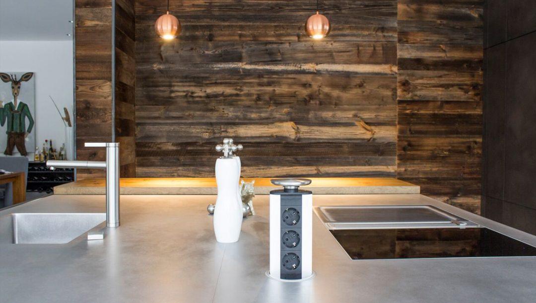 Küchenstudio Bingel Beton und Stahl Küche Integrierte Steckdose Holzwand